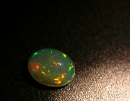 Noble opal, oval cabochon cut, 3.02 ct