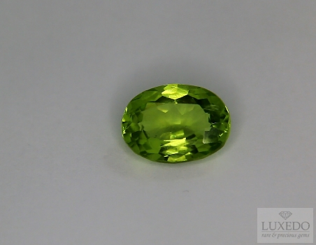 Peridot, oval cut, 2.82 ct