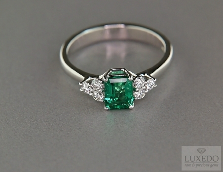 Emerald and diamonds 18 kt white gold ring
