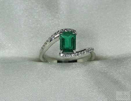 "Emerald and diamonds ring in 18 kt white gold ""Medea"""