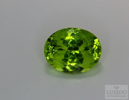 Peridot, oval cut, 5.56 ct