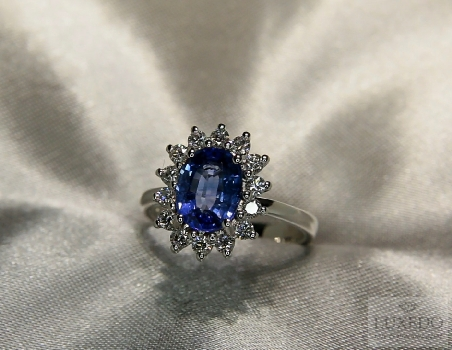"18 kt white gold ring with Blue Sapphire and diamonds ""Daisy"""