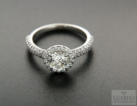 18kt white gold ring with central diamond and surrounding pave, 1.48ct tot.