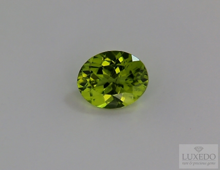 Peridot, oval cut, 3.91 ct